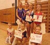 Sportovní gymnastky Spartaku ozdobily domácí závod cennými kovy. Foto po závodě.