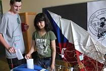 Volební urna se na ZŠ Husova plnila hlasy žáků druhého stupně.