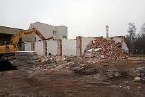 V rámci vybudování nového Centra pro seniory se pustila těžká technika do bourání, demolice se týká staveb v areálu bývalé zdravotnické záchranné služby.
