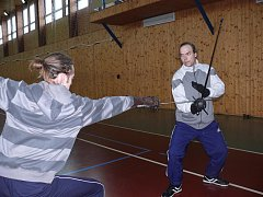Devatenáct účastníků víkendové školy šermu na Šelmberku pracovalo osm hodin denně.