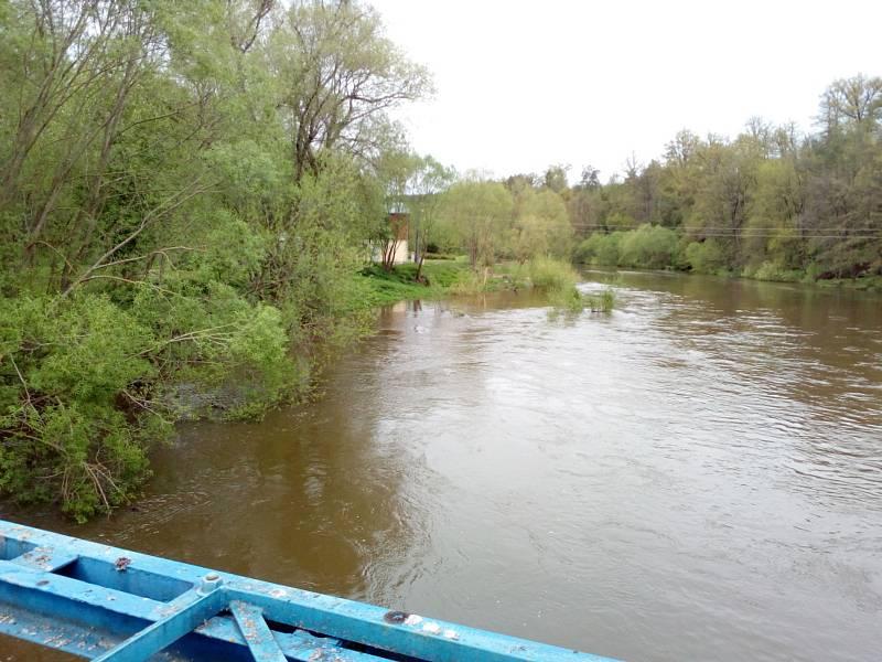 Deště zvedly v polovině května 2021 hladinu řeky Lužnice. Na snímku Hutě u Bechyně v sobotu 15. května.