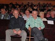 V bechyňském kině měl premiéru film o posledním českém voraři Václavu Husovi (zelená košile).