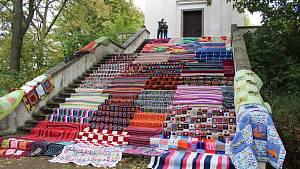 Schody mladovožické kaple pokryly desítky ručně šitých dek.