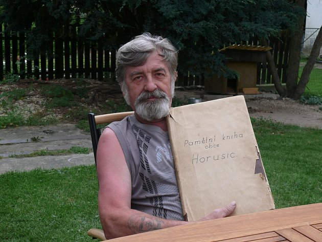 Vladimír Neumann spamětní knihou obce