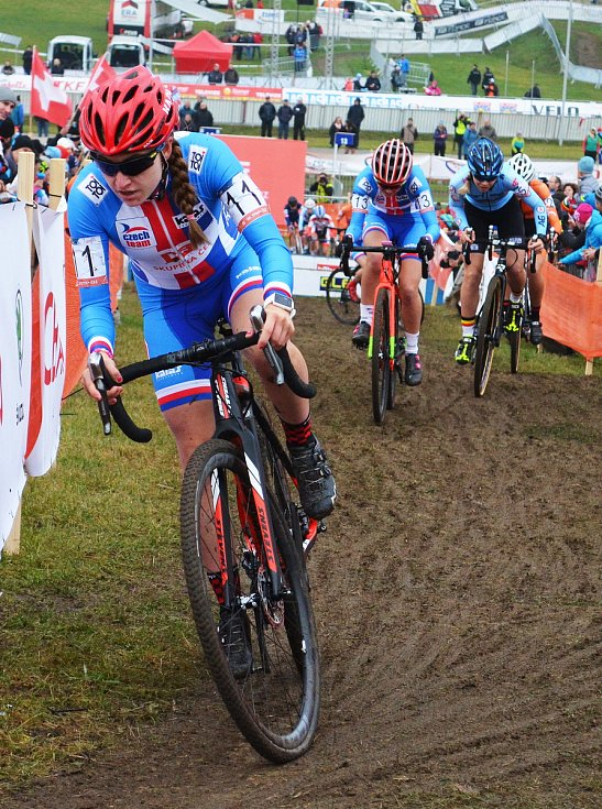 Evropský šampionát cyklokrosařů v Táboře. Závod žen do 23 let. Vyhrála Italka Chiara Teocchiová, Nikola Nosková (v červené helmě) dojela bronzová.