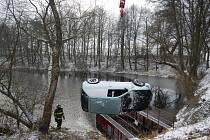 U Sudoměřic u Bechyně auto skončilo v rybníku.