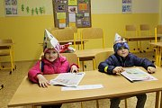 Děti, vybavené baterkami, plánkem cesty k pokladu a samozřejmě průkazem plnily pohádkové úkoly zaměřené na pohybové aktivity i rozvíjení logického myšlení a pozornosti.