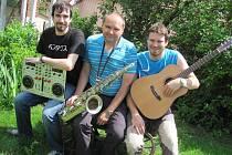 JEDEN CHYBÍ. Pistulkovi by s přehledem sestavili kvarteto, ale u rozhovoru nejstarší syn Petr chyběl. Vlevo se svým nástrojem pro DJ sedí Jan, uprostřed otec Petr a vpravo Martin.