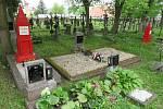 Návštěvníku bechyňského hřbitova u kostela sv. Michala se po příchodu naskytne pohled na neobvyklé náhrobky v sytě rudé barvě.
