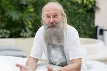 RNDr. Karel Oliva, Dr. - jazykovědec a popularizátor znalostí o českém jazyce.