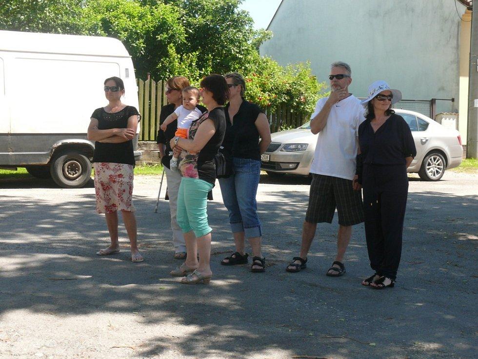 Ve Zlukově se setkali rodáci a měli i dřevorubeckou show
