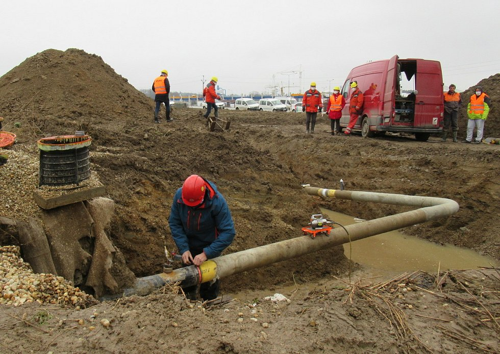 Nový plynovod bude zásobovat více jak 7 tisíc domácností a jeho větší část byla do země položena unikátní metodou pluhování. E.on vyšel na 80 milionů korun a budován byl téměř tři roky.