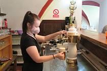 Pokračujeme v seriálu Pojďme na jedno. Tentokrát ze zámecké restaurace v Brandlíně, která láká nejen na točené nepasterizované pivo, ale také domácí limonádu.