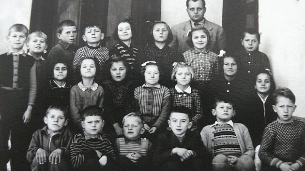 VE TŘÍDĚ. Řepečské děti s učitelem Karlem Doubkem v roce 1956.