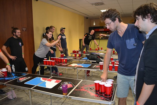 Na soutěži v házení pingpongových míčků do kelímků s pivem se v sobotu v hotelu Palcát utkalo celkem 78 dvoučlenných týmů, z toho 23 zahraničních.