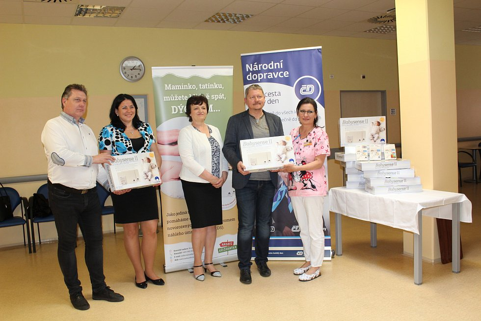 Ředitelka Nadace Křižovatka Štěpánka Pokorníková  předala v pátek táborské nemocnici třináct monitorů dechu.
