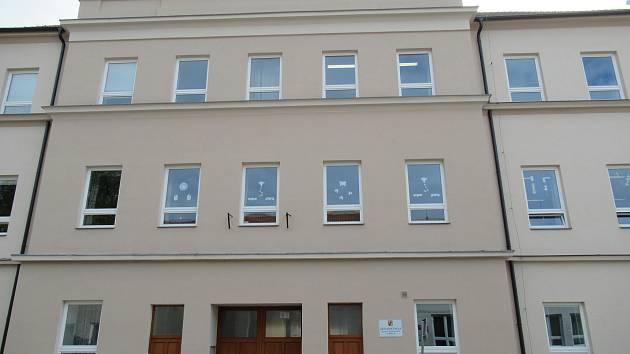 Základní škole Komenského bezbariérovost zajistil venkovní výtah. Žáci díky rekonstrukci získali i moderní učebnu přírodních věd a posezení na malém nádvoří.