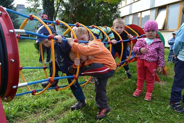 Nové prvky na hřišti u mateřské školy na Sídlišti nad Lužnicí.