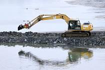 ROVNAJÍ SEDIMENT. I přesto, že jsou stavební práce na Jordánu kvůli zvýšené hladině vody pozastaveny, začaly včera bagry rovnat sediment pod loděnicí