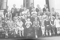 Fotografie zachycuje děti ze skalické školy.