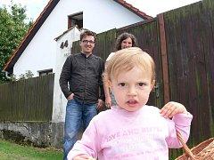 Malá Saša Nagyová se chystá s rodiči na chrbonínské dětské hřiště.