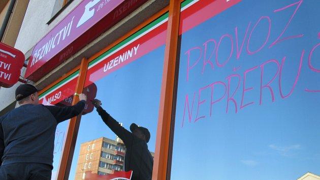 OBRAZEM: Lidé na Táborsku nakupují, tankují a provozy přidávají opatření