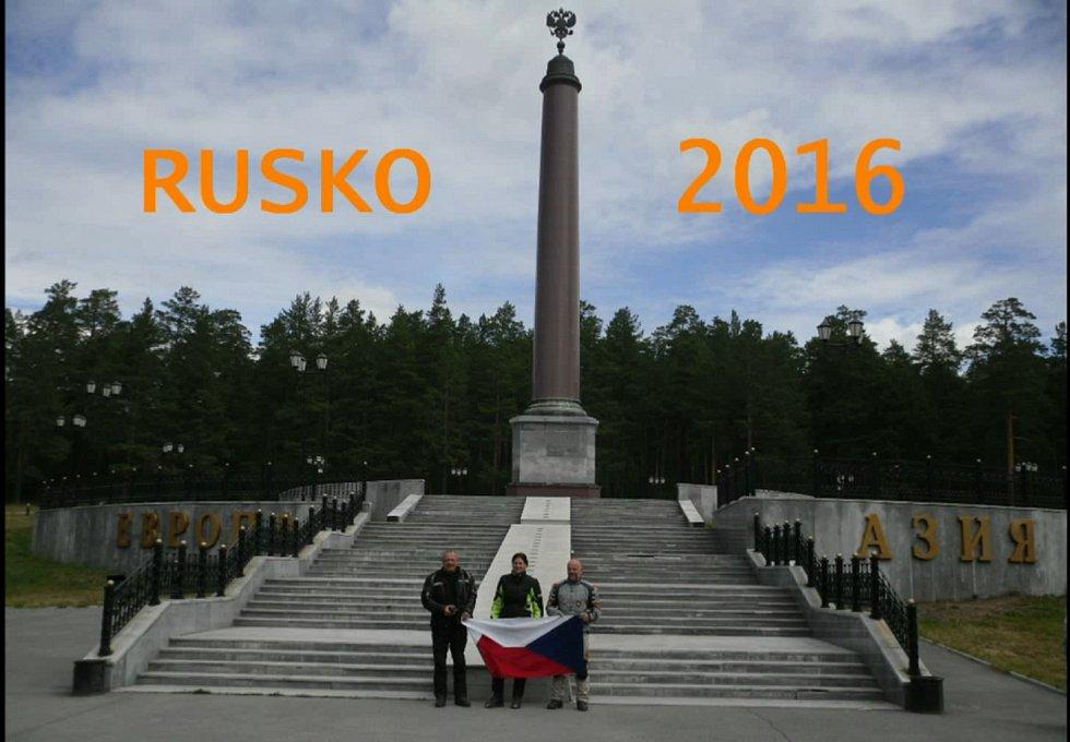 Romana Radostová na motorce u nově postaveného rozdělovníku Evropy a Asie v Rusku.