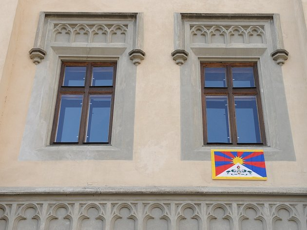 Tibetská vlajka na Staré radnici.