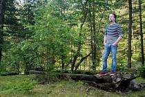 Petr Wozniak v Kladrubské hoře pózuje u bývalé železniční vlečky