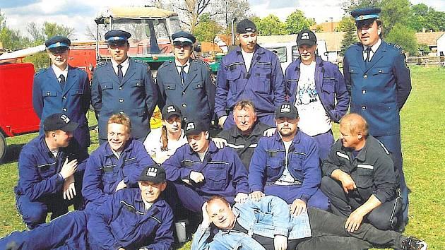 Skupinová fotografie, která byla  pořízena u příležitosti 120. výročí existence Sboru dobrovolných hasičů  Zálší.