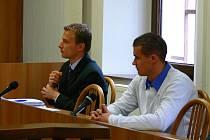 Petr Petružálek (vpravo) s obhájcem u soudu.