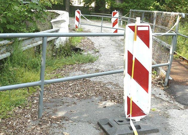 ANI ROK PO záplavách není hráz opravená, přibylo jen značení ouzavírce. Stav by se mohl ale letos změnit.