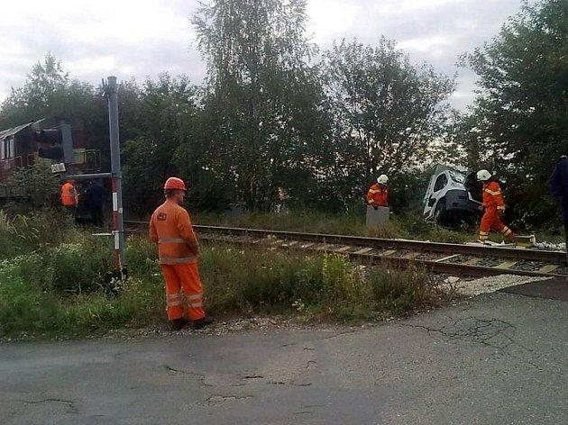 Na přejezdu v Měšické ulici došlo ke střetu dodávky a lokomotivy.