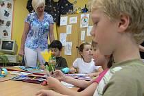 Svoji návštěvu ZŠ náměstí Mikuláše z Husi začala starostka Hana Randová u těch nejmenších. Prvňáci jí prozradili, že se naučili číst, psát a počítat.