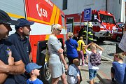 V sobotu převzali na Žižkově náměstí před kostelem svatého Martina mladovožičtí hasiči dvě nová hasičská auta: transportní dodávku a požární cisternu.