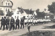 HÍSTORICKÝ SNÍMEK ukazuje župní sjezd hasičů v Řípci v roce 1931 při průvodu obcí. Dobrovolný hasičský sbor byl založen v roce 1897.
