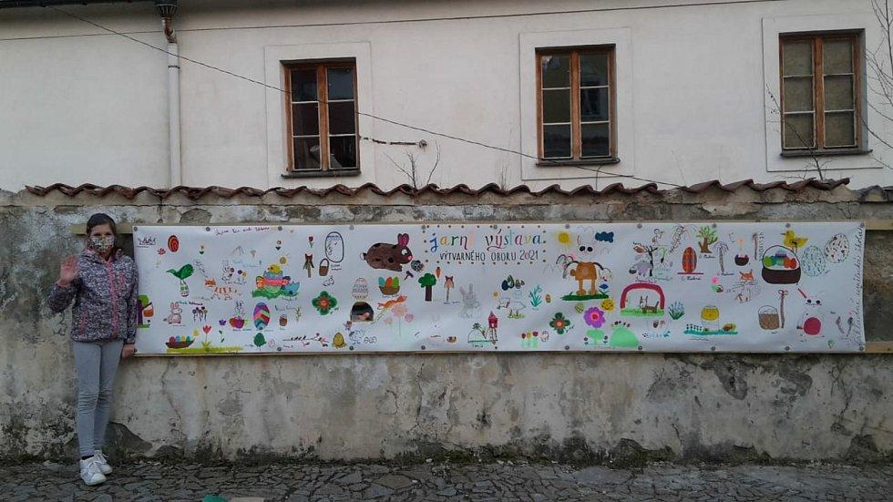 V depresivním bezčasí chodili žáci výtvarného oboru ZUŠ Bechyně kreslit na banner. Takto postupně vznikala Jarní výstava.
