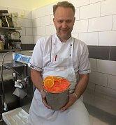 Ve čtvrtek pro Jiřího Hochmana opět začala každodenní  rutinní práce s přípravou vyhlášených zmrzlin.