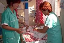 VÝHŘEVNÉ LŮŽKO.  Zdravotní sestra Lenka Plášilová a dětská sestra Jana Křivánková pracují u výhřevného lůžka na novorozeneckém úseku. Modernizace a nových porodních sálů by se mělo oddělení dočkat  na podzim příštího roku.