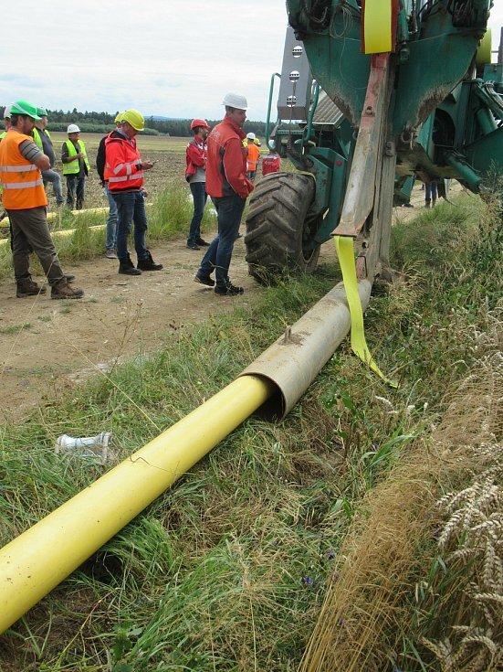 E.ON staví dvacetikilometrový plynovod unikátní metodou pluhování ocelových trubek. Nové potrubí zabezpečí dodávky plynu už letos na podzim více než sedmi tisícům zákazníků.