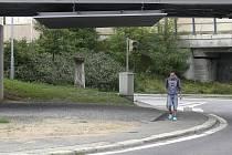 Volný prostor už má naplánované využití. Pod kolejemi, které vedou směrem na Chýnov a Horní Cerekev povede stezka pro cyklisty. Chodník  v tomto případě zůstane směrem do vozovky, jinak by se lidé u zastávky křížili s cyklisty.