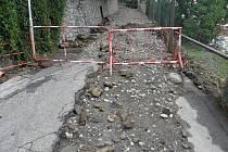 V pondělí večer došlo ksesuvu bahna a poškození parkánové zdi u jednoho z domů vČelkovické ulici.