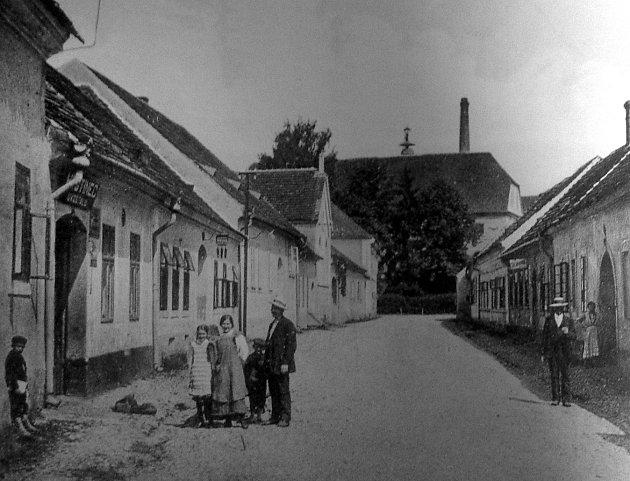 V Jirsíkově ulici byla roku 1874 postavena židovská synagoga. Pohlednice z počátku 20. století pochází z archivu Petra Lintnera.