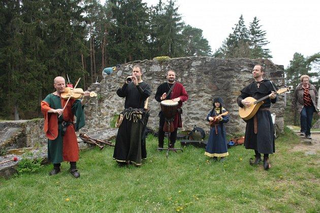 Středověkou muziku návštěvníkům Kozího Hrádku zahrála kapela Dei Gratia.