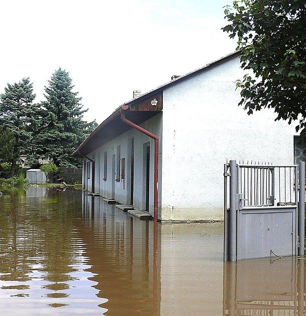 ZAHRÁDKÁŘSKÁ KOLONIE. Voda se minulý rok včervnu nevyhnula ani zahrádkářské kolonii, která se nachází naproti Blatskému sídlišti.