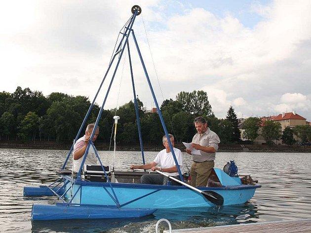 Plavidlo Lubomíra Nedvěda  je vybaveno speciální sondou, která umí odebrat bahno až z doby končícího středověku. Ještě nyní na podzim opět vypluje na Jordán.