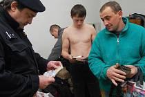 KONTROLY NOCLEŽNÍKŮ. Policisté často kontrolují cizince na ubytovnách.