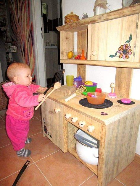 Když se mi narodila dcera, přemýšlel jsem, co by jí udělalo radost. Ráda pozorovala přítelkyni, jak vkuchyni vaří, a tak byla jasná volba udělat jí vlastní kuchyňku. Dnes už jí budou dva roky a stále si sní vyhraje. Použil jsem staré dřevo, které jsem z