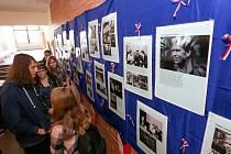 Na takzvaném Areálu mohou celý listopad studenti škol i veřejnost zhlédnout čtyři tematické výstavy, či se o komunismu a jeho pádu dozvědět na přednáškách.