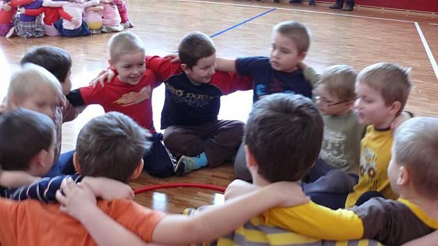 Otevření nové tělocvičny provázelo vystoupení dětí.